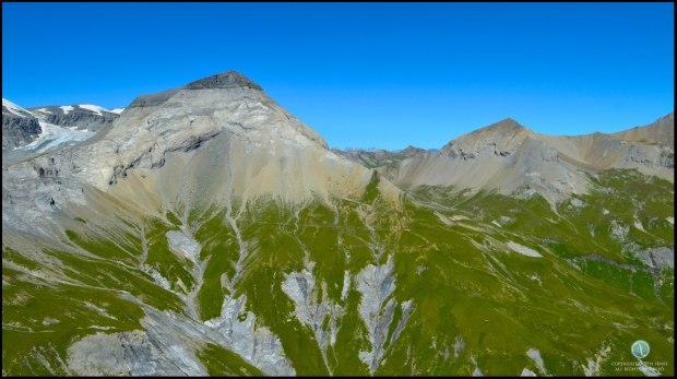 จุดเล็กๆบริเวณใกล้ๆมุมขวาของภาพคือฝูงวัวที่ขึ้นมากินหญ้าบนภูเขา (คลิ๊กที่ภาพเพื่อขยาย)